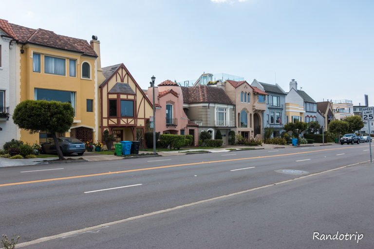 Quelques maisons en bordure d'ocean à San Francisco