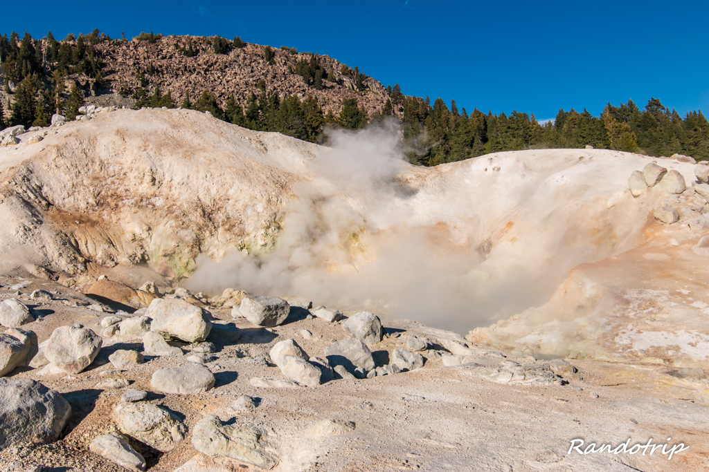 Big Boiler dans la zone de Bumpass Hell au Lassen Volcanic National Park en Californie