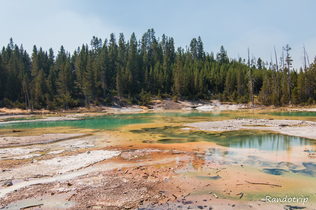Crackling Lake à Porcelain Basin (Norris Geyser Basin) à Yellowstone dans le Wyoming