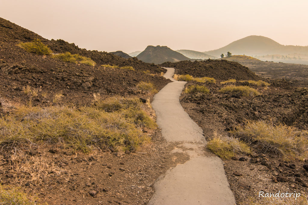 Sur le trail des Big Craters et Snow Cone à Craters Of The Moon dans l'Idaho