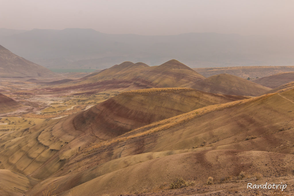 Le Painted Hills Overlook Trail dans Painted Hills à John Day Fossils Beds NM dans l'Oregon