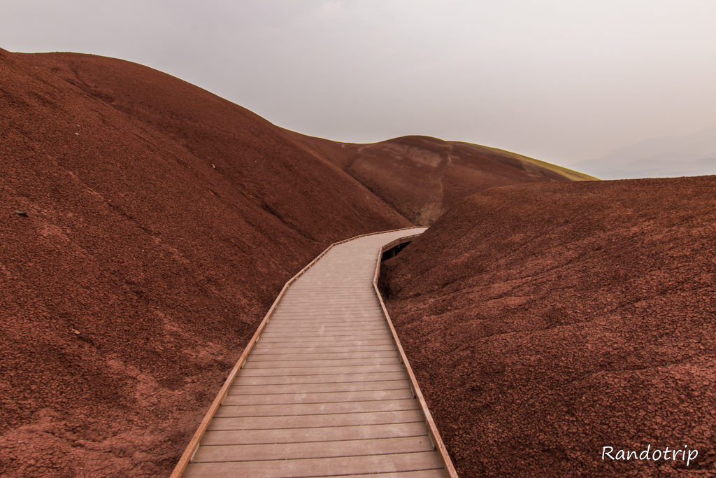 Le Painted Cove Trail dans Painted Hills à John Day Fossils Beds NM dans l'Oregon