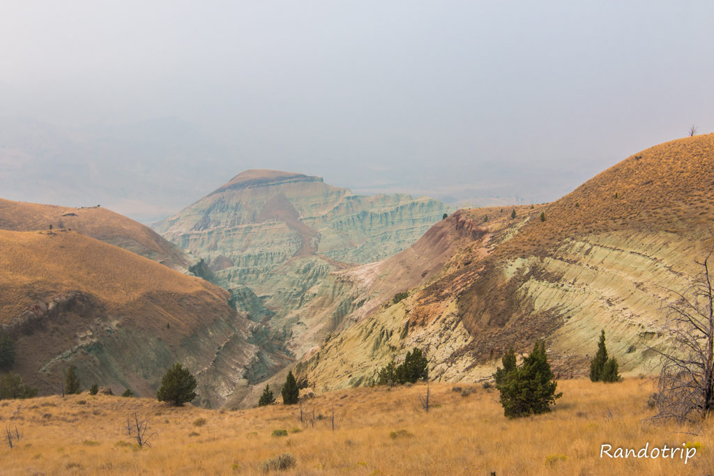 Le Blue Basin Overlook Trail dans Sheep Rock Unit à John Day Fossils Beds NM dans l'Oregon