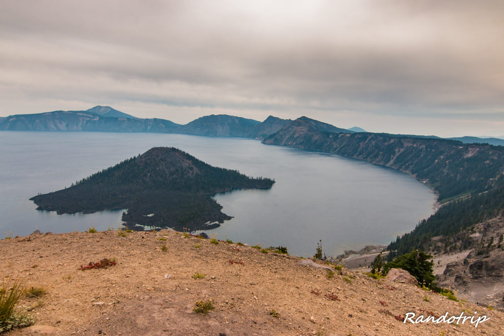 Point de vue sur la Wizard Island à Crater Lake dans l'Oregon