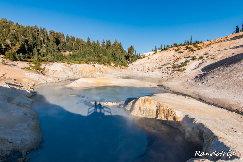 Pool Fool of Gold dans la zone de Bumpass Hell au Lassen Volcanic National Park en Californie